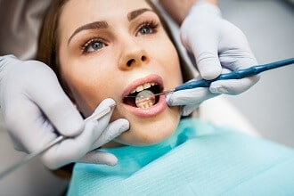 En als een tand vastlijmen nu niet helpt?